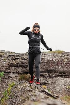 Weiblicher jogger, der vorderansicht läuft