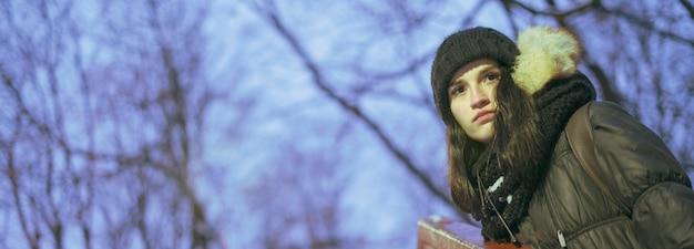 Weiblicher jugendlicher nachts auf einem kalten wetter des winters