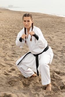 Weiblicher kämpfer, der karate ausübt