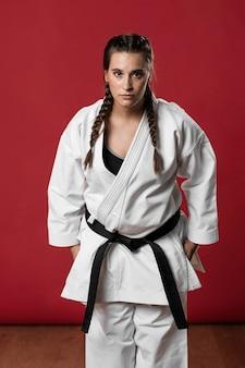 Weiblicher karatekämpfer, der die kamera betrachtet