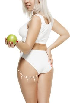 Weiblicher körper mit den zeichnungspfeilen fett verlieren fettabsaugung und cellulite-entfernungskonzept