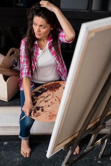 Weiblicher künstler, der nach inspiration sucht