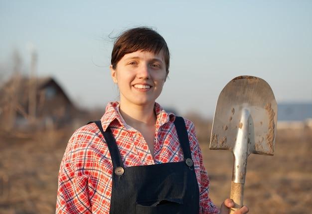 Weiblicher landwirt mit spaten