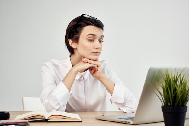 Weiblicher manager im isolierten hintergrund der bürosekretärin