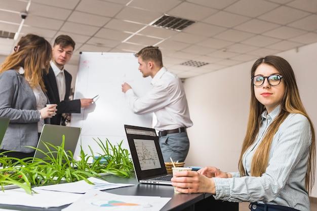 Weiblicher manager vor dem kollegen, der unternehmensplan bespricht