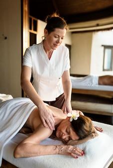 Weiblicher mitteilungstherapeut, der eine massage an einem badekurort gibt