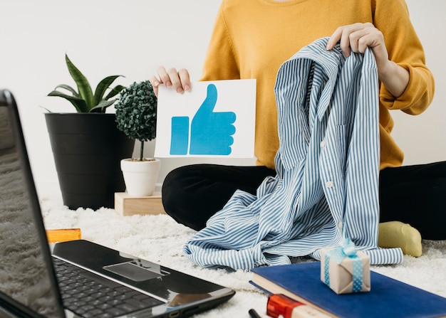 Weiblicher modeblogger, der zu hause mit laptop strömt