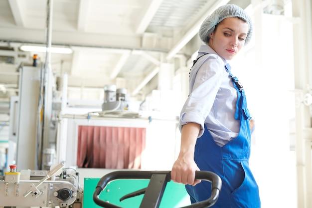 Weiblicher mover in der fabrik