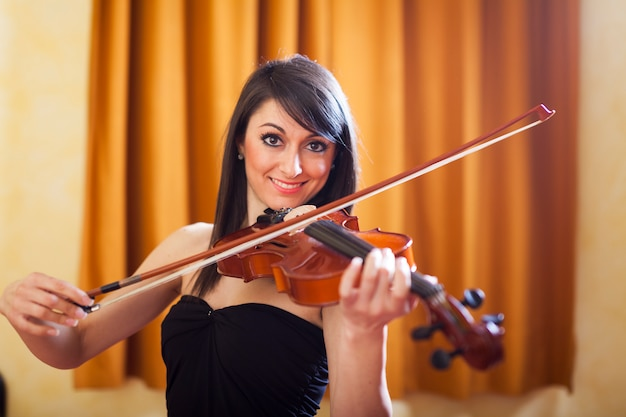 Weiblicher musiker, der ihre violine spielt