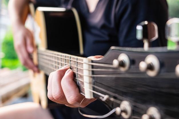 Weiblicher musiker, der klassische gitarre spielt