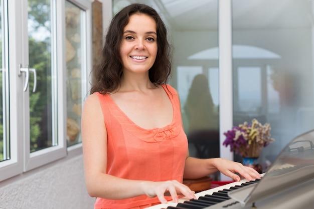 Weiblicher musiker, der sequenzer spielt