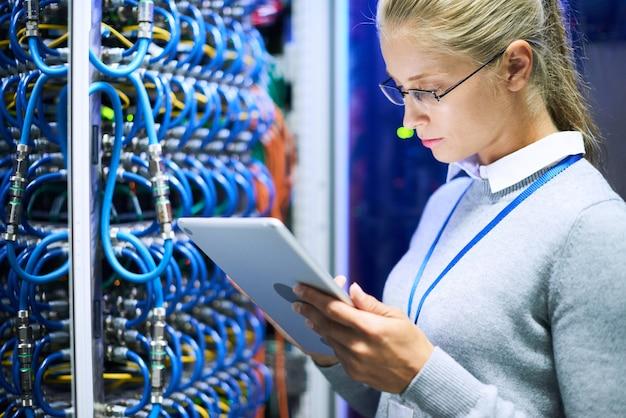 Weiblicher netzwerkadministrator