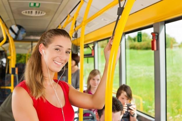 Weiblicher passagier in einem bus