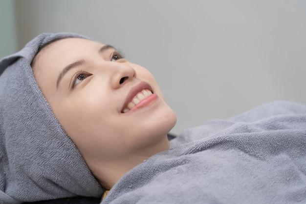 Weiblicher patient, der auf behandlung in der ästhetischen klinik wartet