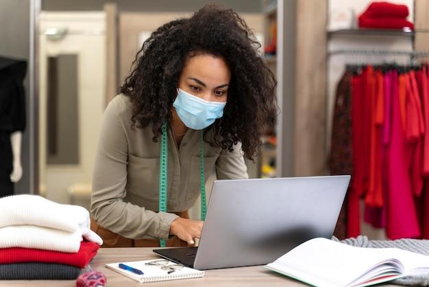 Weiblicher persönlicher käufer mit maskenarbeit