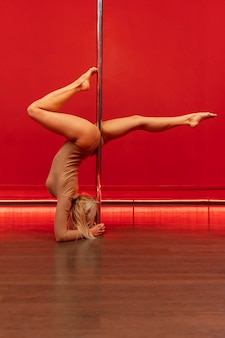 Weiblicher pole dance