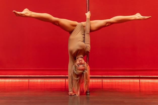 Weiblicher pole dance