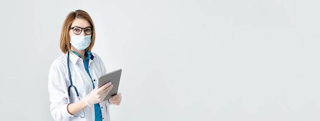 Weiblicher professioneller mediziner-halteblock unter verwendung der fern-telemedizin-app des digitalen tablets im krankenhaus, das online arbeitet telemedizin-banner der gesundheitstechnologie