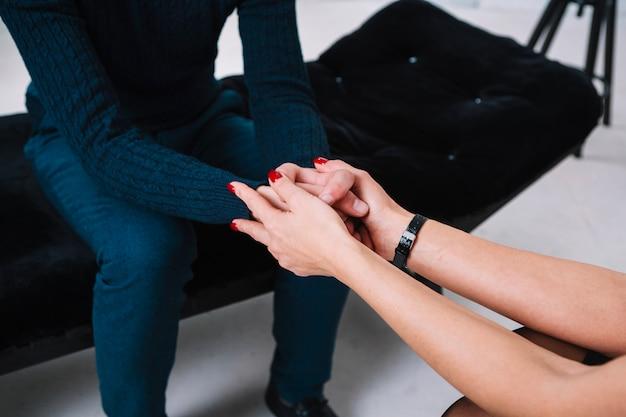 Weiblicher psychologe, der ihren patienten stützt oder tröstet