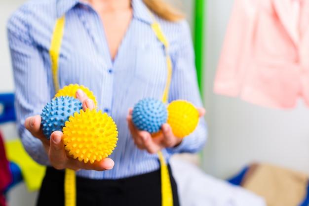 Weiblicher reiniger im wäschereishop