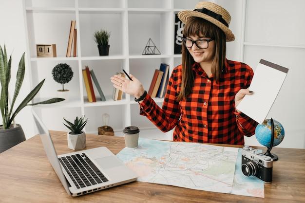 Weiblicher reiseblogger, der mit laptop strömt