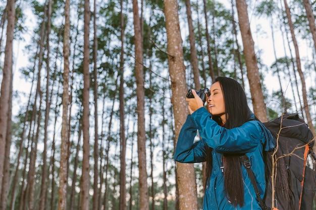 Weiblicher reisender, der foto mit kamera macht