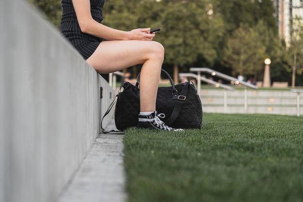 Weiblicher reisender, der im urlaub eine pause macht