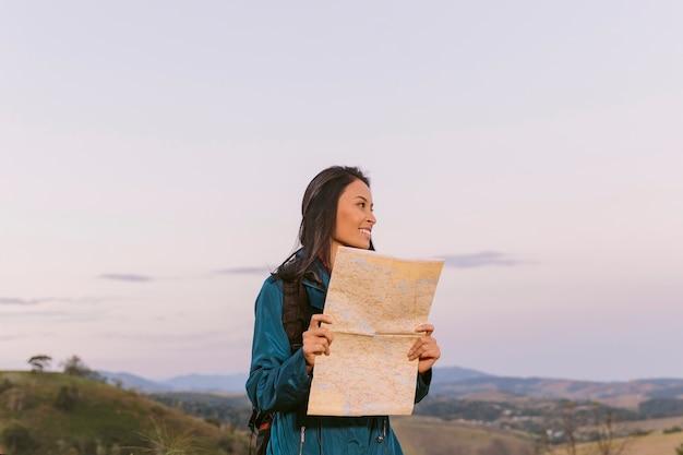 Weiblicher reisender, der in richtung ihres bestimmungsortes blickt