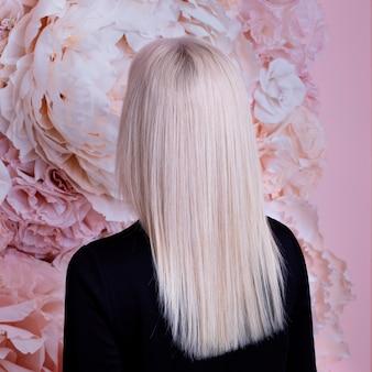 Weiblicher rücken mit langen glatten blonden haaren