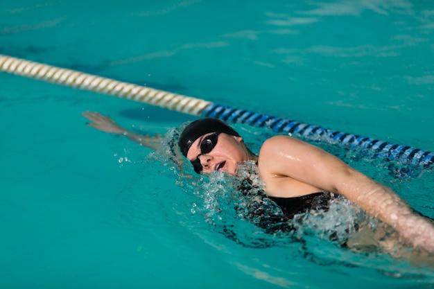 Weiblicher schwimmer, der nah oben schwimmt