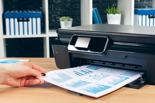 Weiblicher sekretär, der fotokopien auf xeroxmaschine im büro macht