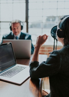 Weiblicher sender interviewt ihren gast in einem studio
