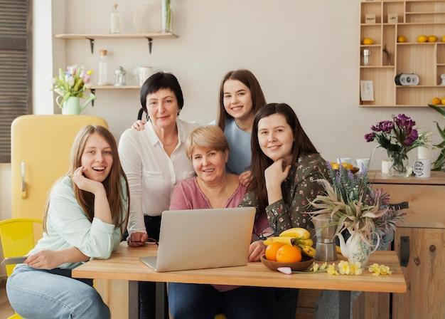 Weiblicher sozialer verein, der an einem schreibtisch sitzt