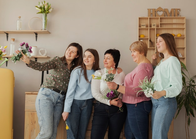 Weiblicher sozialer verein, der ein foto seitwärts macht