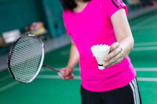 Weiblicher spieler, der badminton spielt