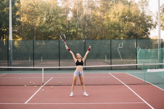 Weiblicher spieler des vorderansichttennis, der gewinn feiert
