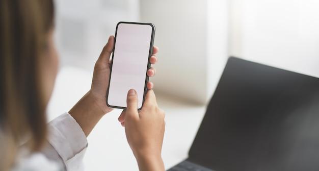 Weiblicher start, der nach neuen informationen über smartphone sucht