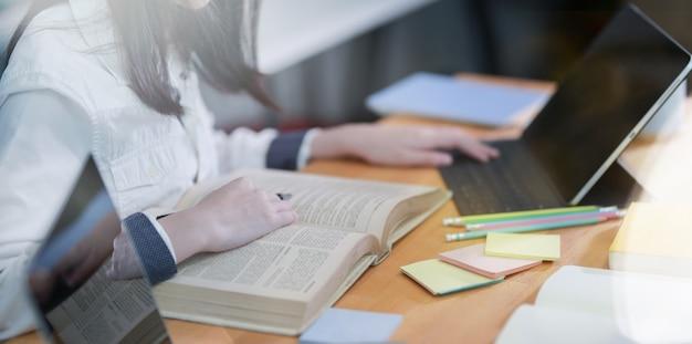 Weiblicher student, der an akademischer forschung arbeitet