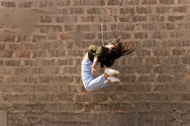 Weiblicher tänzer der flexiblen modernen art, der in einer luft springt