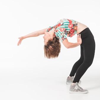 Weiblicher tänzer, der gegen weißen hintergrund trainiert