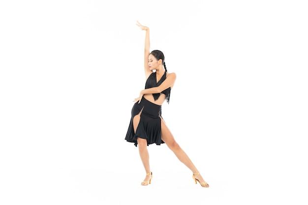 Weiblicher tanz, der lateinamerikanischen tanz isoliert tut