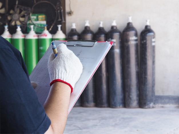 Weiblicher techniker überprüfen sauerstofftankindustrie