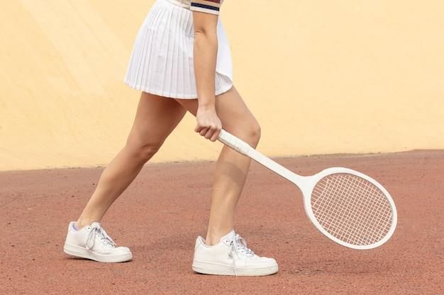Weiblicher tennisspieler der nahaufnahme, der ballposition schlägt