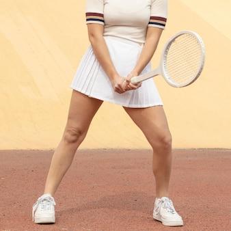 Weiblicher tennisspieler, der schläger hält