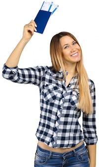 Weiblicher tourist, der das flugticket, lokalisiert auf weiß übergibt
