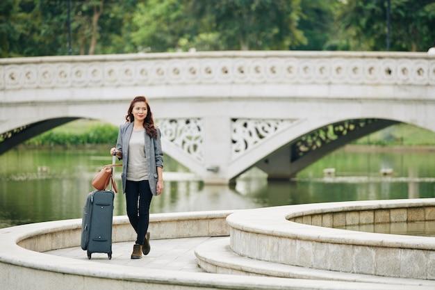 Weiblicher tourist, der im park geht
