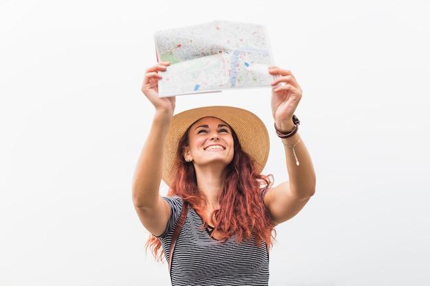 Weiblicher tourist, der karte betrachtet