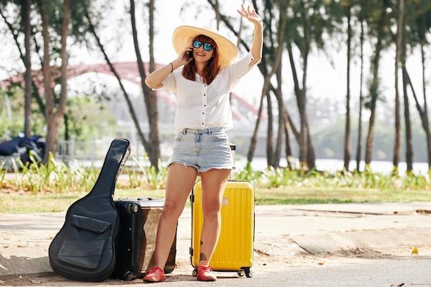 Weiblicher tourist, der selfie nimmt