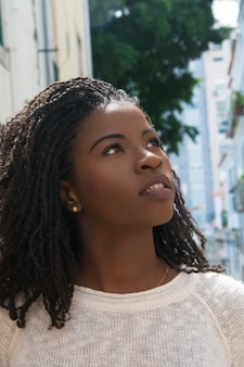 Weiblicher tourist des aufgeregten afroamerikaners, der in alte stadt geht