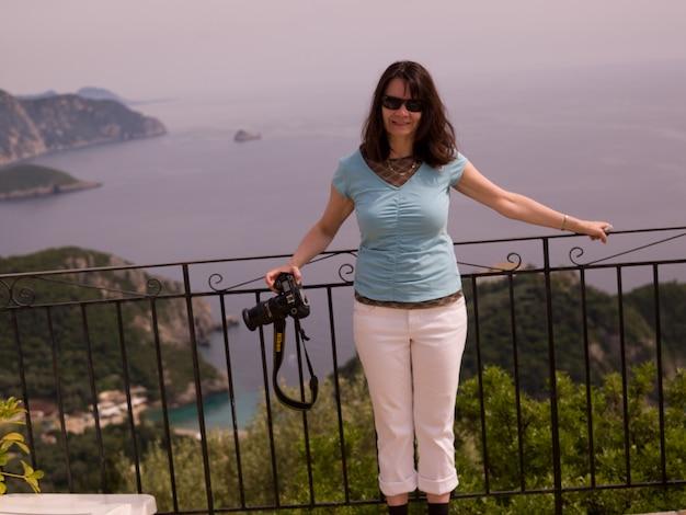 Weiblicher tourist in korfu